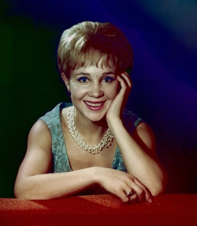 В СССР они вернулись только в конце 70-х годов. Надежде Васильевне предлагали разные роли, но она соглашалась сниматься, только если ей нравился сценарий. Румянцева снялась еще в пяти фильмах, а потом освоила новую профессию .