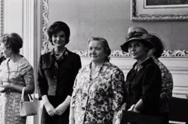 А это первая леди Никиты Сергеевича. На встрече с Жаклин Кеннеди Нина Хрущева смотрелась совсем не выгодно.