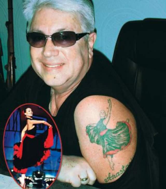 Владимир Винокур запечатлел на плече портрет танцующей дочери.