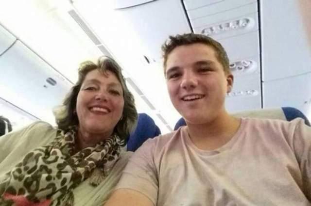 8 марта 2014 года. Гэри Слок и его мама Петра Лангвельд сфотографировались на борту исчезнувшего малазийского боинга МН17, и Гэри выложил фото в соцсети. Спустя всего три часа самолет был сбит над Украиной, убив Гэри, Петру и остальных 298 пассажиров вместе с экипажем.