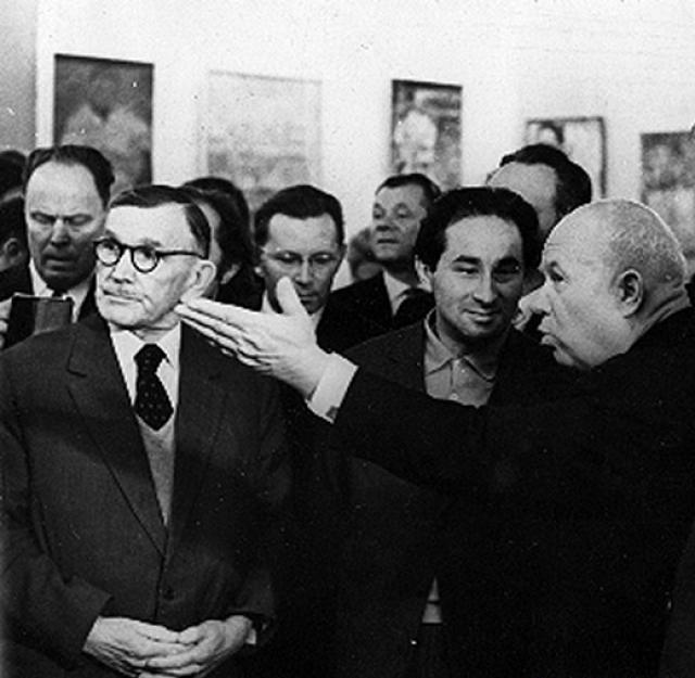 """Посетив выставку, Никита Сергеевич, будучи неподготовленным к восприятию абстрактного искусства, подверг резкой критике экспонаты. В своей оценке он использовал нецензурные выражения, а творчество авангардистов определил как """"мазню""""."""