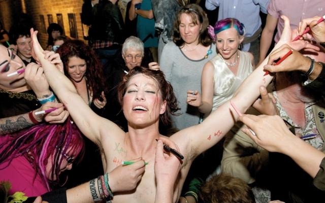 Причиной для такого поведения Палмер стала история с британским таблоидом The Daily Mail, который сразу после выступления певицы на фестивале в Гластонбери посвятил отдельную статью тому, что грудь Палмер вывалилась из лифчика.