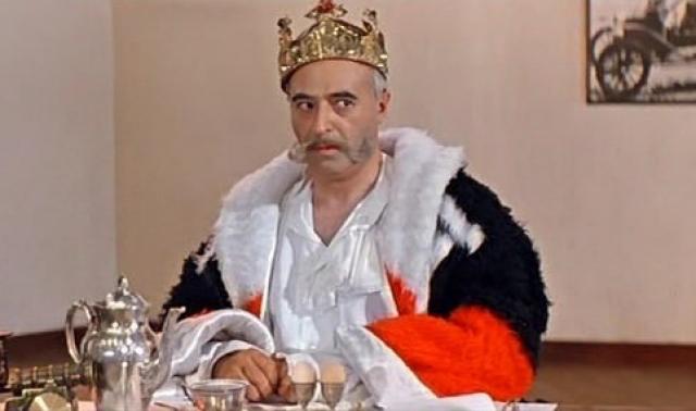 Театром Владимир Этуш заразился ещё в школе. На школьных вечерах он читал чеховскую Маску. Потом стал заниматься в самодеятельности — в кружке при школе. Однако по окончании школы Владимир решил стать не актёром, а режиссёром.