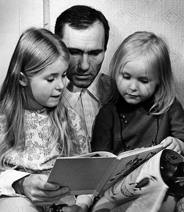 Василий Шукшин с дочерьми Машей и Олей.