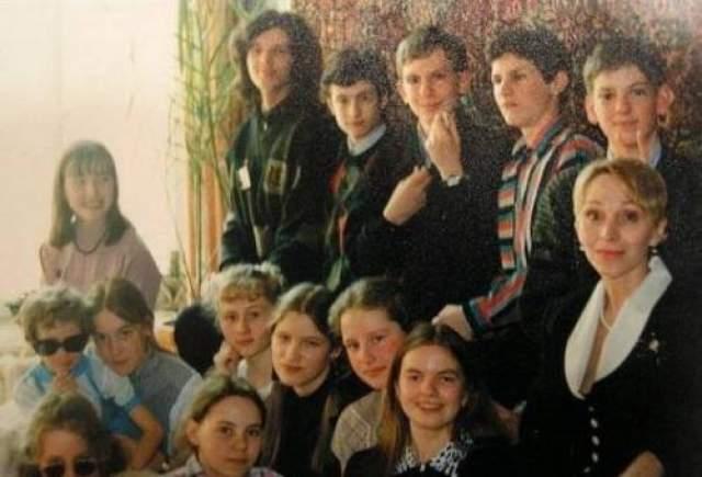 В школе Паша прослыл отличником, мальчик почти всегда сидел на первых партах из-за проблем со зрением, а уже в 11 Дурова заинтересовала сфера программирования На фото: Будущий создатель ВК в школьные годы (в полосатом свитере)