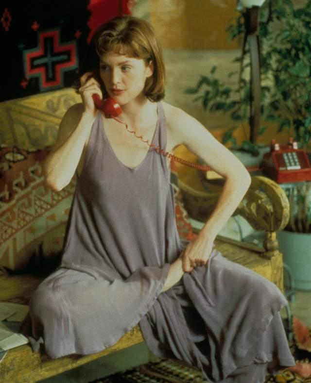 А это рыжеволосая Джулианна Мур в одной из своих первых ролей.
