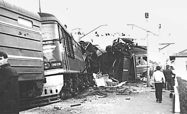 Крушение у путевого поста Крыжовка. Трагедия произошла в понедельник 2 мая 1977 года, когда из-за неверного показания светофора:зеленый свет загорелся для пассажирского поезда, из-за чего тот врезался в стоящий у платформы пригородный.