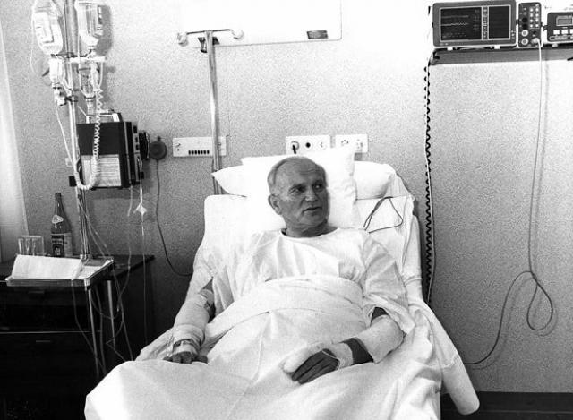 Исследовав полость живота, хирург обнаружил многочисленные рваные раны, вызванные хаотичным движением пули. В общей сложности врач насчитал восемь сложнейших повреждений в полости живота, каждое из которых требовало немедленного хирургического вмешательства.