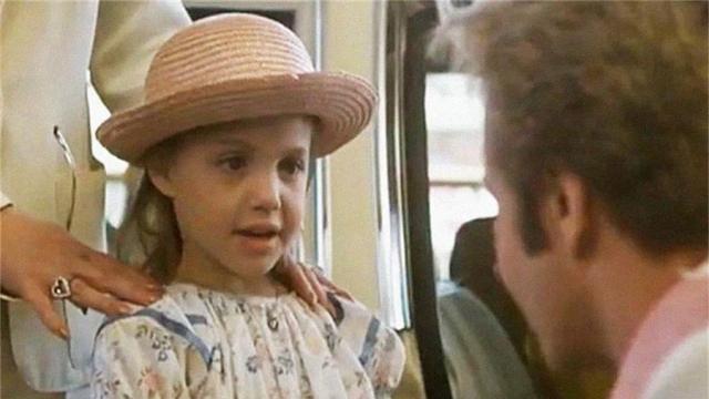 Анджелина Джоли. Будущая звезда начала карьеру в семилетнем возрасте, и тоже благодаря связям: в кино ее позвал папа.