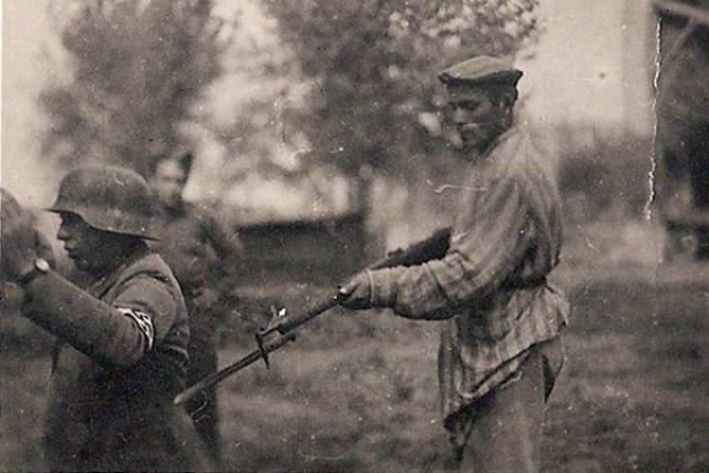 """В назначенное время над Бухенвальдом разнесся клич """"УРА"""", и тысячи заключенных, вооруженных пистолетами, винтовками, камнями, палками, металлическими прутьями, тряпьем для набрасывания на колючую проволоку, бросились на штурм бухенвальдских вышек."""