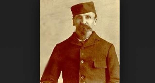 В феврале 1874 года старатель покинул свой лагерь с пятью товарищами, пытавшимися намыть золото в горах Брекенридж. В апреле он появился в другом лагере, заявив, что в его лагере случилась беда и уцелел только он.