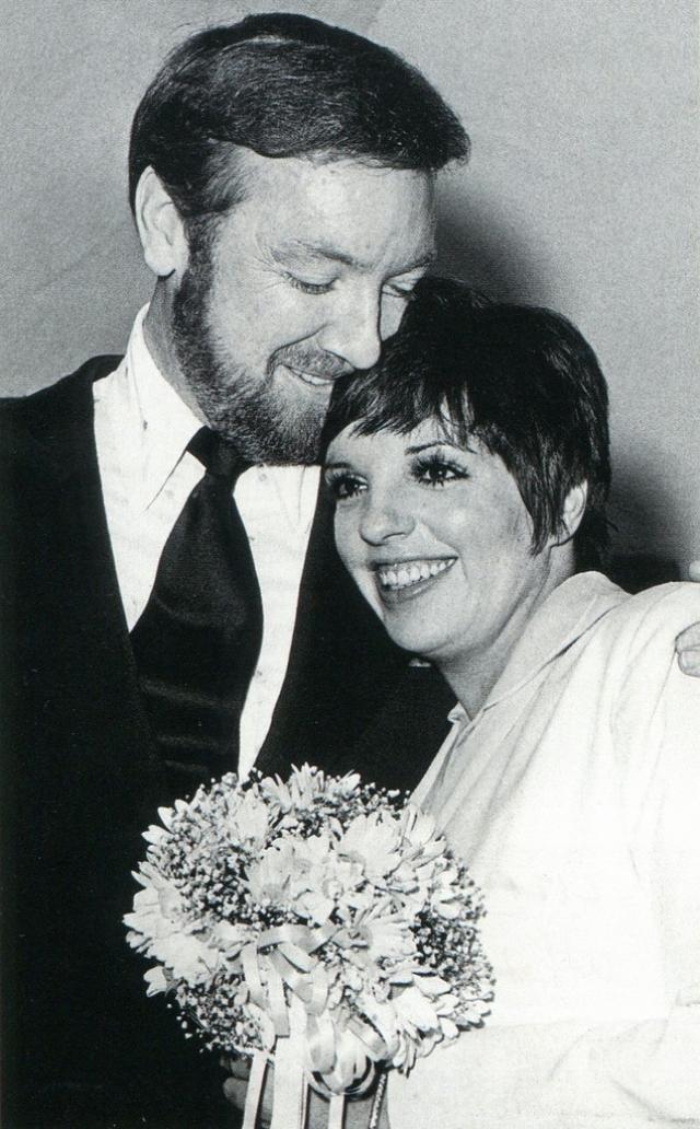 """Его место занял продюсер и режиссер Джек Хэйли Мл . """" Единственное, что я помню о нашем недолгом браке, это то, что муж, будучи на 12 лет старше, позволял мне называть себя """"папочкой"""" """", - говорила звезда позже. В 1979 году они развелись."""