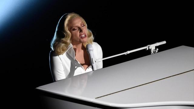 Леди Гага. Певица призналась на шоу Говарда Стерна, что в возрасте 19 лет ее изнасиовал один из известных музыкальных продюсеров. Она рассказала, что до этого молчала из-за чувства стыда и вины.