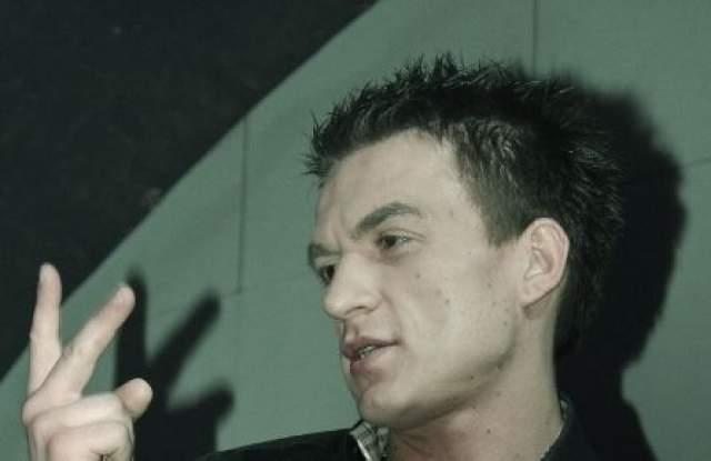 Влад Топалов. В мае 2010 года певец грубо нарушил правила дорожного движения, проехав на на красный сигнал светофора. После задержания выяснилось, что он нетрезв.