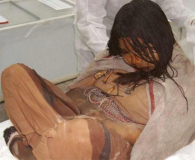 Перед смертью она выпила большое количество кукурузного ликераи жевала листья коки, из которых производится кокаин. Инки использовали такие средства, чтобы противостоять эффектам высотной болезни.