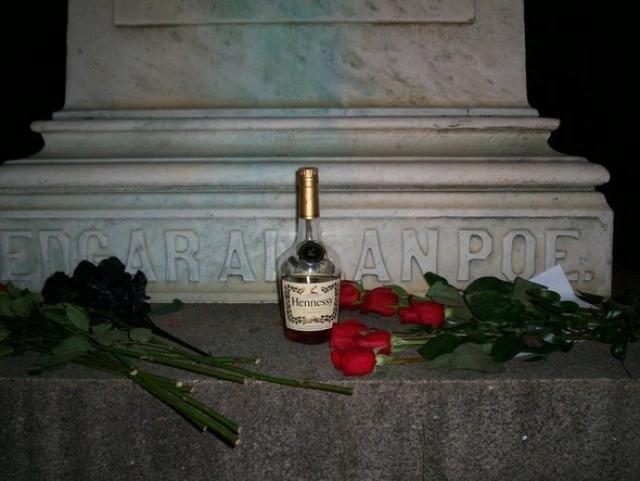 """После смерти, начиная с 1949 года, на его могиле в Балтиморе всегда стоит бутылка """"Мартеля"""" или """"Хеннесси"""", которую оставляют там неизвестные."""