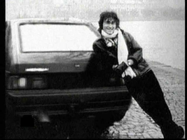 """По официальной версии, Цой заснул за рулем, после чего его темно-синий """"Москвич-2141"""" вылетел на встречку и столкнулся с автобусом """"Икарус""""."""