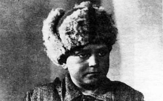 Зимой 1943 года значительно превосходящий отряд противника неожиданно атаковал партизан у села Острая Лука. Леня Голиков погиб как настоящий герой - в бою.