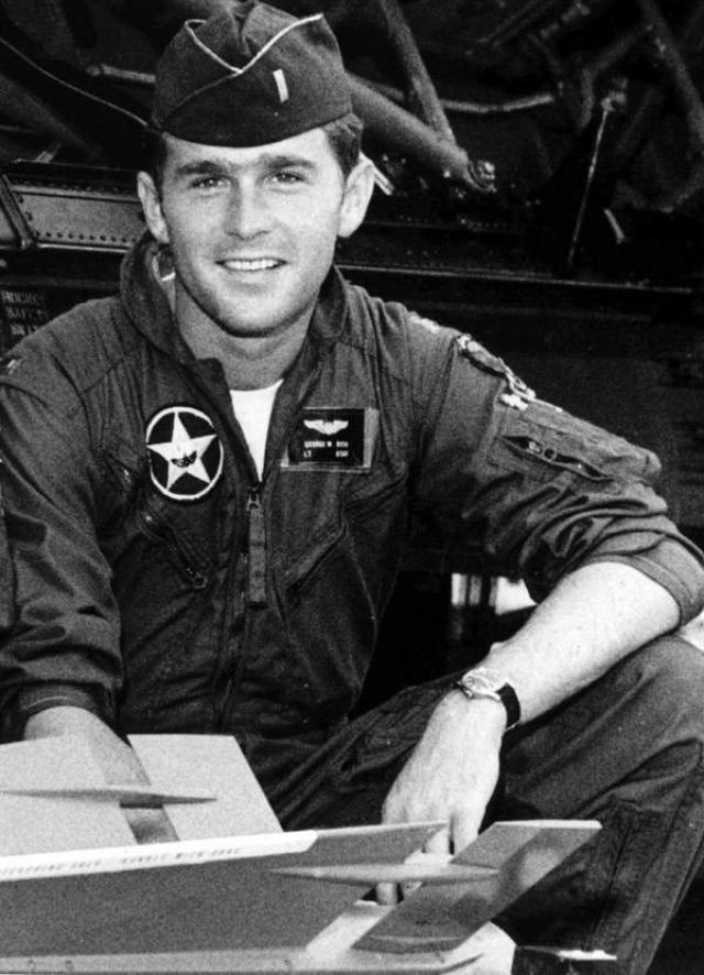 Джордж Буш-младший во время военной службы.
