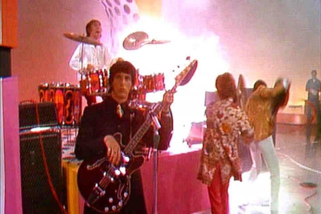 Взрыв произошел в самом конце выступления, некоторые зрители потеряли сознание, а вокалисту группы практически полностью опалило волосы на голове.