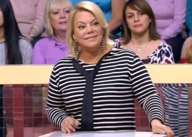 Яна окончила Театральное училище им. Щукина, снялась в нескольких фильмах, работает теле- и радиоведущей. Замужем за Сергеем Гинзбургом, двое сыновей.