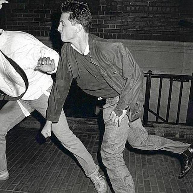 Автором снимка, на котором Шон Пенн нападает на надоевших фотографов также стал Рон Галелла.