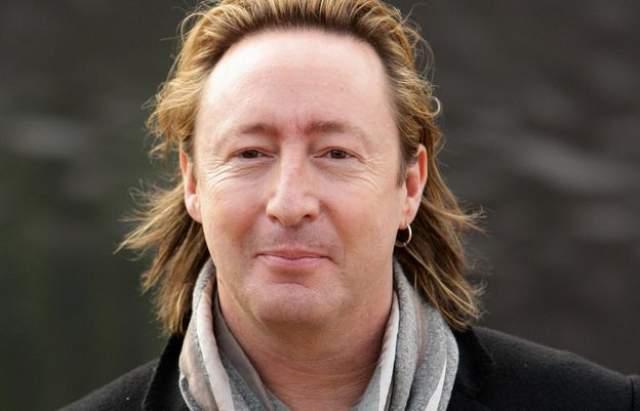 Сейчас Джулиан Леннон довольно известный британский рок-музыкант и певец.