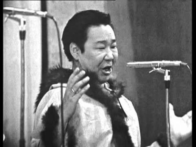 """В первом черно-белом телевизионном клипе, принесшем исполнителю популярность, Кола Бельды исполнял под фортепианный аккомпанемент шуточную """"Песню об оленях"""" или, как ее чаще называли - """"А олени лучше!""""."""