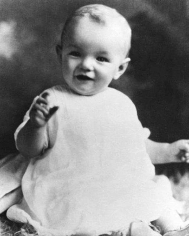 В этой семье Мэрилин прожила почти семь лет, при этом родная мать ее редко навещала. В 1933 году Глэдис забрала Норму и переехала жить в Голливуд.