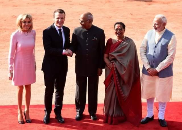 Например, в марте она привела индусов в недоумение несуразным розовым мини во время официального визита в страну, известную консервативными взглядами на одежду дам.