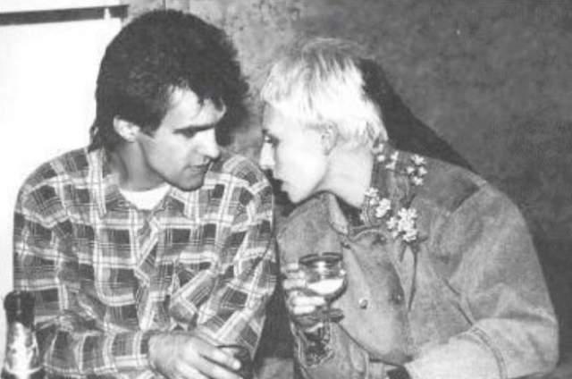 Вячеслав Бутусов и Жанна Агузарова выпивают и ведут светскую беседу в рамках очередного праздника.
