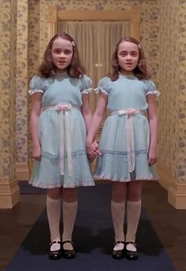 """Лиза и Луиза Барнс Сестры Барнс снялись в роли дочерей Грейди, которые терроризировали маленького Дэнни Торранса в """"Сиянии"""" (1980)"""