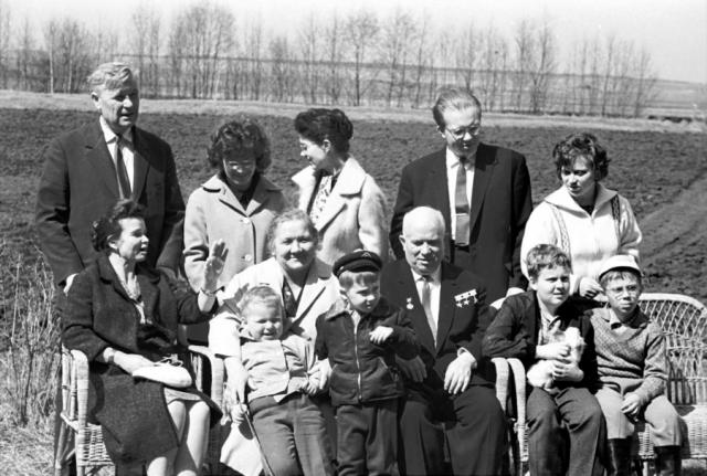 Нина стала матерью пятерых детей - троих совместных и двоих от первого брака Хрущева. Кроме этого она общалась с деятелями украинской культуры и искусства.