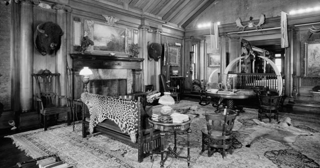 Трофейная комната Теодора Рузвельта . Имение Сагамор Хилл в Нью-Йорке и самая любимая комната Рузвельта - в ней он держал все свои трофеи с охоты, а мебель была исполнена из филиппинского дерева.