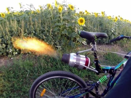 Российский умелец оборудовал реактивным двигателем велосипед