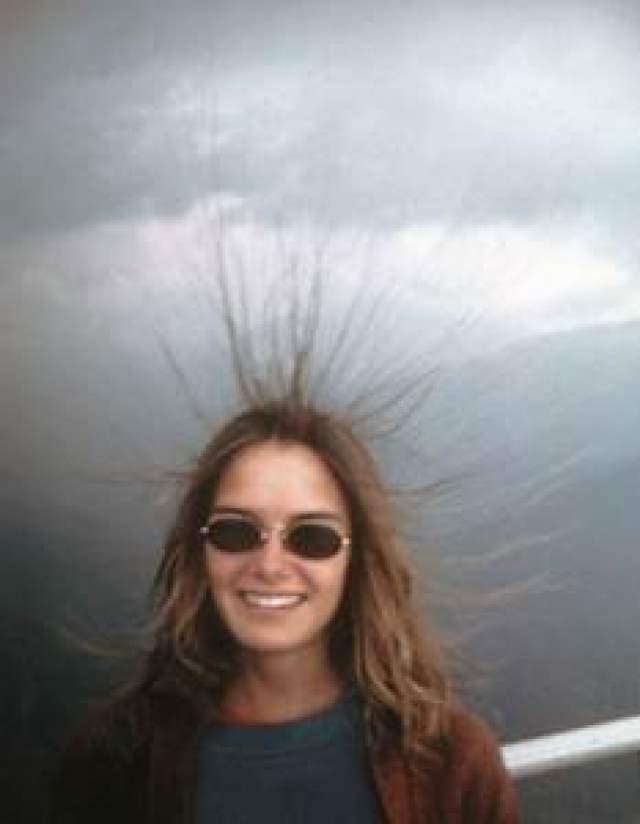Через секунду после того, как снимок был сделан, во всех троих ударила молния. Выжить удалось только 18-летнему Майклу. На этом фото - сестра юношей Мэри.