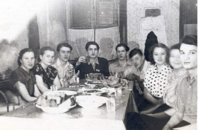 Валентина Терешкова среди друзей-студентов в общежитии города Ярославля.