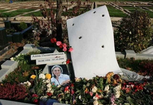 Анна Политковская. Пожалуй, самое необычное и образное надгробие знаменитости на Троекуровском кладбище..
