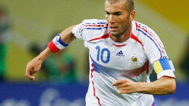 Зинедин Зидан. Считается одним из величайших игроков в истории футбола, три раза признавался лучшим футболистом мира.