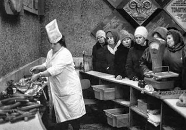 История знаменитой Докторской колбасы началась в 1935 году, когда партия дала указание ВНИИ Мясной Промышленности разработать рецептуру колбасы для больных, перенесших голодание. Сначала существовал вариант названия Сталинская, но в итоге решили назвать колбасу по назначению.
