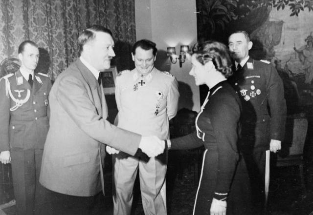 """Вечером в бункер прибыла одна из лучших летчиц Германии Ханна Райч, фанатично преданная Гитлеру. Она позже вспоминала, что фюрер пригласил ее к себе и сказал: """" Ханна, вы принадлежите к тем, кто умрет со мной. У каждого из нас есть ампула с ядом. """""""