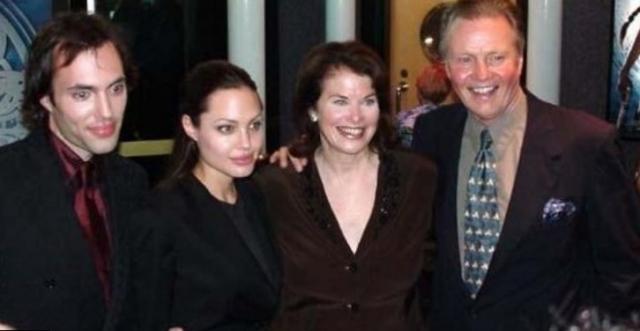 """Родители Джоли разошлись в 1976 году, и мать с годовалой Анджелиной и ее братом переехала в Нью-Йорк. Год спустя Войт получил """"Оскар"""", а Бертран была вынуждена оставить свои мечты об успешной актерской карьере и посвятила свое время воспитанию детей."""