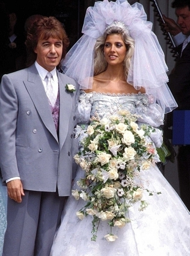 """Мэнди Смит. Невеста одного из """"роллингов"""" Билла Уаймана выбрала наистраннейший дизайн фаты."""