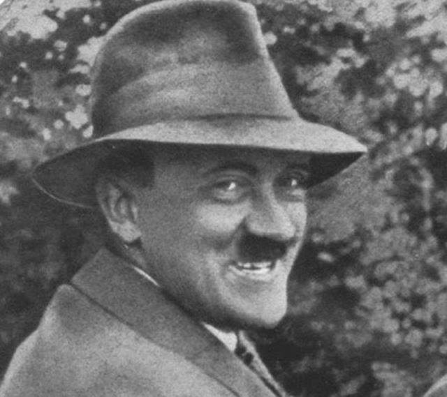 """После тела Гитлера и Евы Браун были обнаружены красноармейцами 4 мая, после чего стали """"участниками"""" целого приключения. До сих пор многие не верят в смерть Гитлера, подкрепляя подобные теории фото якобы уцелевшего фюрера."""