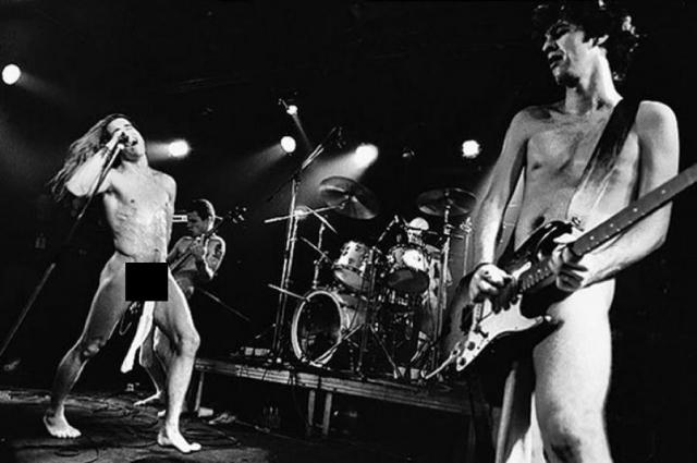 """""""В 1983 году мы выступали на сцене стрип-клуба. К тому времени мы уже играли без рубашек, но это был стрип-клуб, девушки должны были танцевать с нами на сцене, и мы впервые решили выйти в одних спортивных носках"""", - говорит Киддис."""