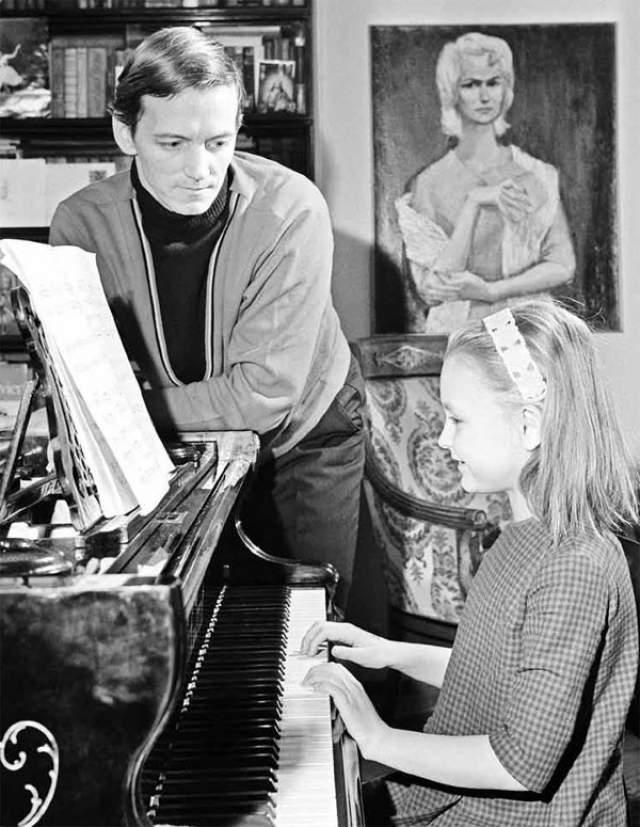 Артист Государственного академического Большого театра Союза СССР Марис Лиепа с дочерью Ильзе.