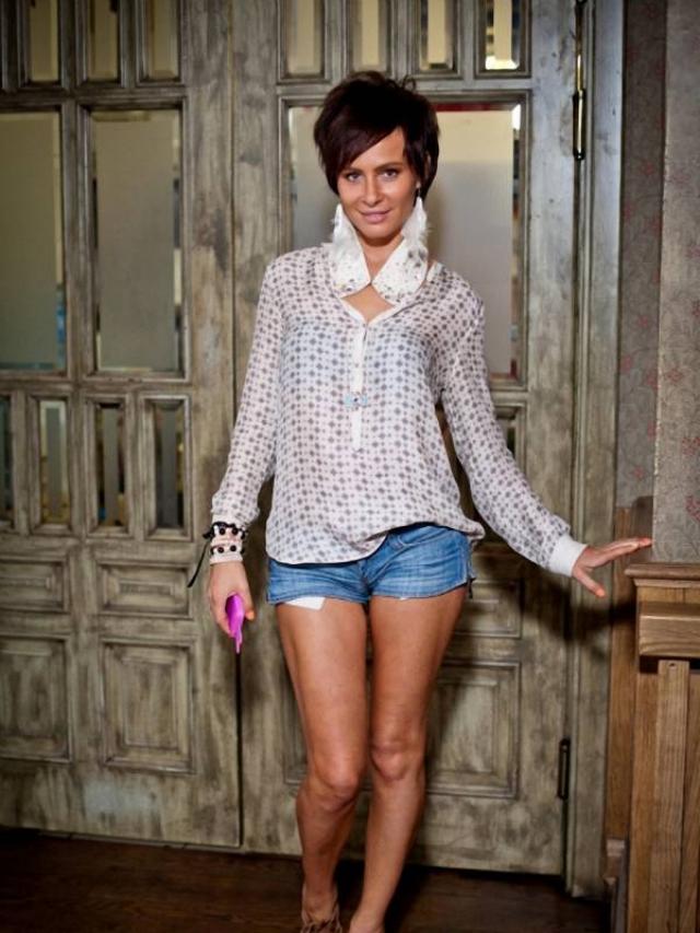 Но, как оказывается, группа Demo существует и по сей день только в несколько другом составе. А сама Саша Зверева время от времени записывает сольные песни, а также выпускает одежду принадлежащего ей бренда.
