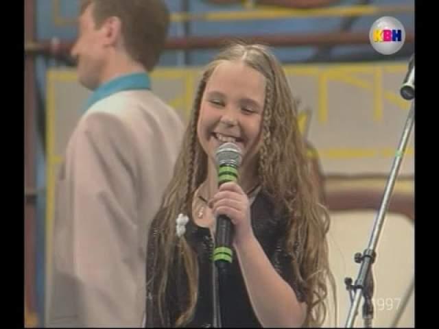 """Еще через год Пелагея заработала первую премию в тысячу долларов на конкурсе """"Лучший исполнитель народной песни в России 1996 года"""", а после начала играть в КВН, где ее музыкальный талант тоже оценили по достоинству."""