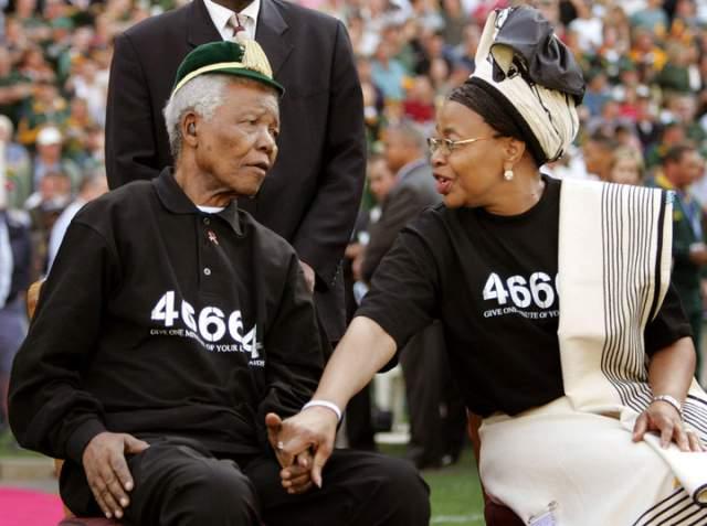 Они поженились в 1998 году. На свадьбе, а заодно и на 80-летии Нельсона, были все представители элиты Южной Африки - более двух тысяч человек. Жених был в открытой национальной рубахе с золотым шитьем, а его невеста - в длинном белом платье в елизаветинском стиле с широкими рукавами. Их разлучила в 2013 году смерть Манделы.