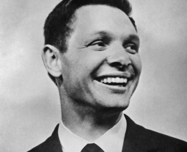 Эдуард Хиль. Известный оперный певец, потрясающий исполнитель романсов и всем известных эстрадных хитов стал пожалуй первым поющим секс-символом 60-х.